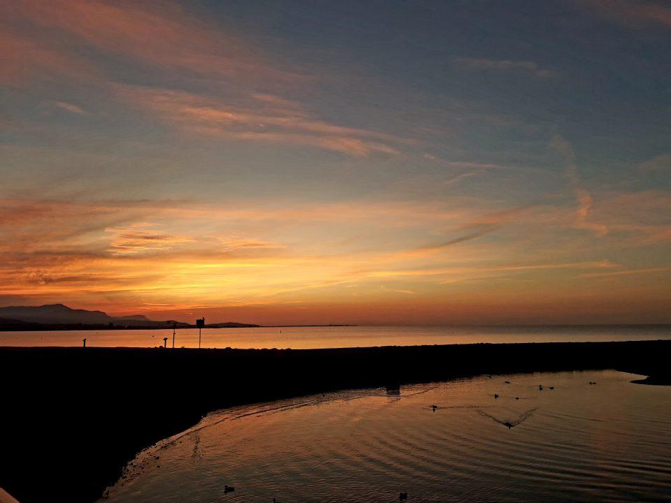 La magia di pedalare all'alba