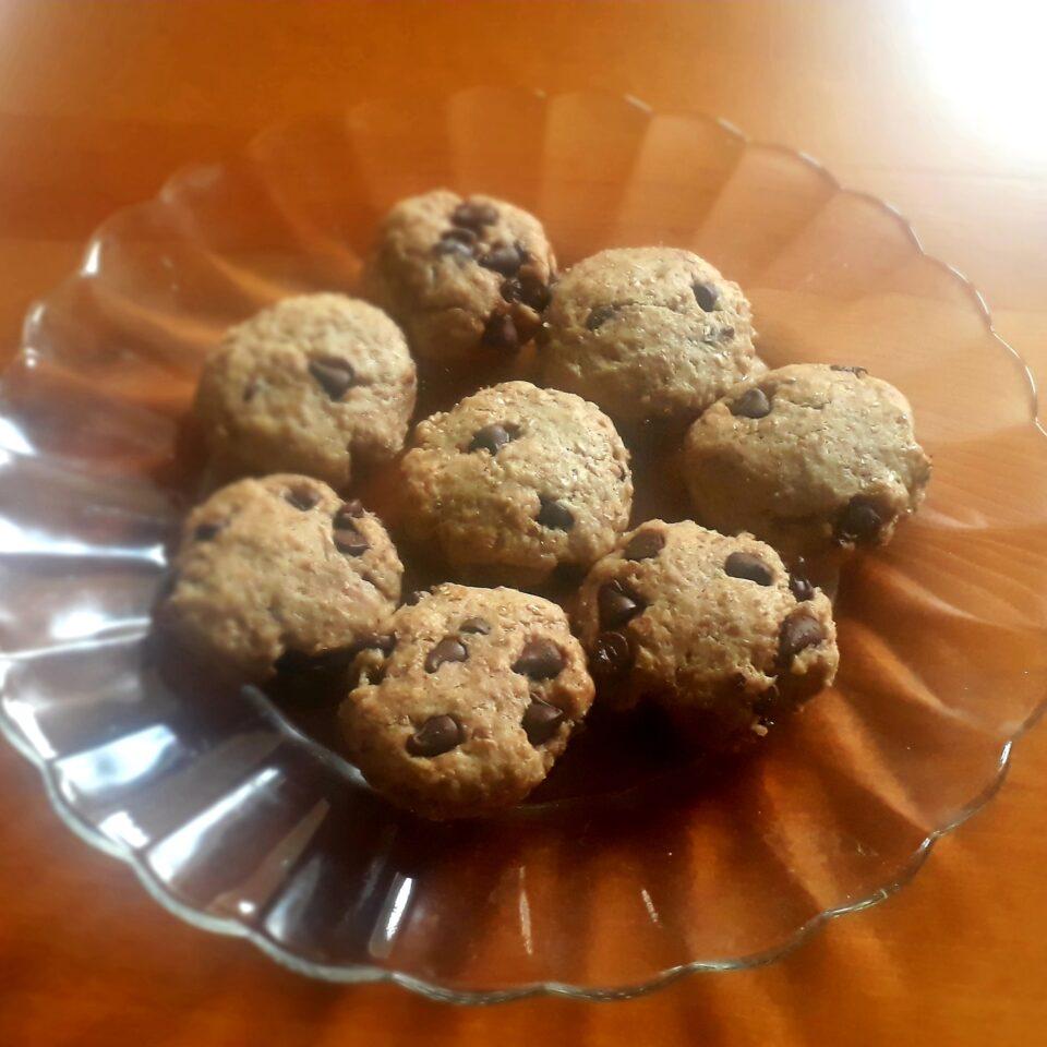 Biscotti vegani con gocce di cioccolato fondente